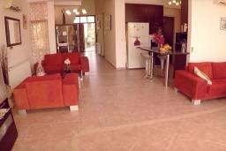 Гостиная. Кипр, Перволия : Вилла на берегу моря с панорамным видом и частным выходом на пляж, с 4-мя спальнями, с бассейном, солнечной террасой с патио и каменным барбекю