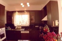 Кухня. Кипр, Перволия : Вилла на берегу моря с панорамным видом и частным выходом на пляж, с 4-мя спальнями, с бассейном, солнечной террасой с патио и каменным барбекю