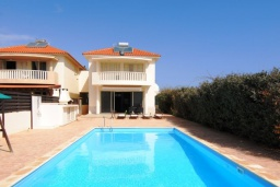 Вид на виллу/дом снаружи. Кипр, Перволия : Вилла на берегу моря с панорамным видом и частным выходом на пляж, с 4-мя спальнями, с бассейном, солнечной террасой с патио и каменным барбекю