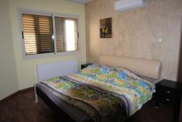 Спальня. Кипр, Перволия : Вилла на берегу моря с панорамным видом и частным выходом на пляж, с 4-мя спальнями, с бассейном, солнечной террасой с патио и каменным барбекю