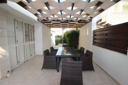 Терраса. Кипр, Декелия - Ороклини : Вилла с видом на Средиземное море, с 4-мя спальнями, с бассейном, тенистой  террасой с патио и барбекю, расположена на побережье в Dhekelia