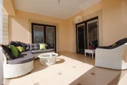 Терраса. Кипр, Декелия - Ороклини : Вилла с видом на Средиземное море, с 2-мя спальнями, с тенистой  террасой с патио и барбекю, в окружении пышного зелёного сада, расположена в Dhekelia около пляжа Palm Beach