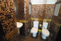 Туалет. Кипр, Декелия - Ороклини : Вилла с видом на Средиземное море, с 2-мя спальнями, с тенистой  террасой с патио и барбекю, в окружении пышного зелёного сада, расположена в Dhekelia около пляжа Palm Beach