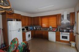 Кухня. Кипр, Перволия : Вилла в окружении пышного зелёного сада, с 3-мя спальнями, с бассейном, тенистой террасой с патио и каменным барбекю, расположена в частном комплексе в Pervolia