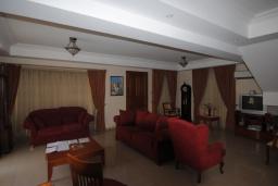 Гостиная. Кипр, Перволия : Вилла в окружении пышного зелёного сада, с 3-мя спальнями, с бассейном, тенистой террасой с патио и каменным барбекю, расположена в частном комплексе в Pervolia