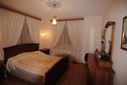 Спальня. Кипр, Перволия : Вилла в окружении пышного зелёного сада, с 3-мя спальнями, с бассейном, тенистой террасой с патио и каменным барбекю, расположена в частном комплексе в Pervolia
