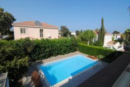 Бассейн. Кипр, Перволия : Вилла в окружении пышного зелёного сада, с 3-мя спальнями, с бассейном, тенистой террасой с патио и каменным барбекю, расположена в частном комплексе в Pervolia