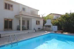 Вид на виллу/дом снаружи. Кипр, Перволия : Вилла в окружении пышного зелёного сада, с 3-мя спальнями, с бассейном, тенистой террасой с патио и каменным барбекю, расположена в частном комплексе в Pervolia