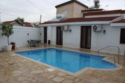 Вид на виллу/дом снаружи. Кипр, Ларнака город : Традиционная вилла с 3-мя спальнями, с бассейном, тенистой террасой с патио и барбекю, расположена в самом сердце Ларнаки