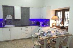 Кухня. Кипр, Ларнака город : Традиционная вилла с 3-мя спальнями, с бассейном, тенистой террасой с патио и барбекю, расположена в самом сердце Ларнаки