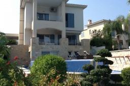 Вид на виллу/дом снаружи. Кипр, Лачи : Вилла с прямым выходом к морю, с 4-мя спальнями, 4-мя ванными комнатами, с бассейном, хамамом, солнечной террасой с барбекю, расположена в самом живописном месте в деревушке Latchi