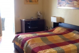 Спальня. Кипр, Лачи : Вилла с прямым выходом к морю, с 4-мя спальнями, 4-мя ванными комнатами, с бассейном, хамамом, солнечной террасой с барбекю, расположена в самом живописном месте в деревушке Latchi