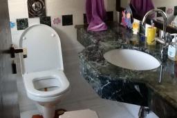 Ванная комната. Кипр, Лачи : Вилла с прямым выходом к морю, с 4-мя спальнями, 4-мя ванными комнатами, с бассейном, хамамом, солнечной террасой с барбекю, расположена в самом живописном месте в деревушке Latchi