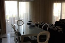 Обеденная зона. Кипр, Лачи : Вилла с прямым выходом к морю, с 4-мя спальнями, 4-мя ванными комнатами, с бассейном, хамамом, солнечной террасой с барбекю, расположена в самом живописном месте в деревушке Latchi