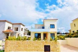 Фасад дома. Кипр, Корал Бэй : Вилла с видом на Средиземное море, с 3-мя спальнями, с бассейном, солнечной террасой с патио, расположена в 300 метрах от пляжа Corallia Bay Beach