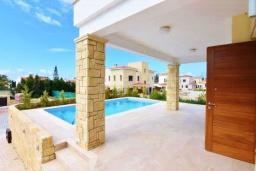 Терраса. Кипр, Корал Бэй : Вилла с видом на Средиземное море, с 3-мя спальнями, с бассейном, солнечной террасой с патио, расположена в 300 метрах от пляжа Corallia Bay Beach