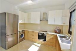 Кухня. Кипр, Корал Бэй : Вилла с видом на Средиземное море, с 3-мя спальнями, с бассейном, солнечной террасой с патио, расположена в 300 метрах от пляжа Corallia Bay Beach