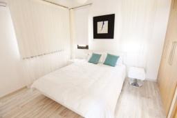 Спальня. Кипр, Корал Бэй : Вилла с видом на Средиземное море, с 3-мя спальнями, с бассейном, солнечной террасой с патио, расположена в 300 метрах от пляжа Corallia Bay Beach