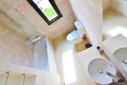 Ванная комната. Кипр, Корал Бэй : Вилла с видом на Средиземное море, с 3-мя спальнями, с бассейном, солнечной террасой с патио, расположена в 300 метрах от пляжа Corallia Bay Beach