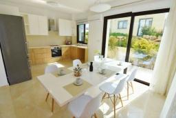 Обеденная зона. Кипр, Корал Бэй : Вилла с видом на Средиземное море, с 3-мя спальнями, с бассейном, солнечной террасой с патио, расположена в 300 метрах от пляжа Corallia Bay Beach