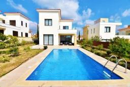 Вид на виллу/дом снаружи. Кипр, Корал Бэй : Вилла с видом на Средиземное море, с 3-мя спальнями, с бассейном, солнечной террасой с патио, расположена в 300 метрах от пляжа Corallia Bay Beach