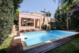 Вид на виллу/дом снаружи. Кипр, Св. Рафаэль Лимассол : Вилла в окружении пышного зелёного сада, с 3-мя спальнями, с бассейном, тенистой террасой с патио и барбекю