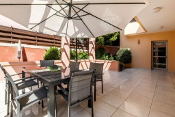 Терраса. Кипр, Св. Рафаэль Лимассол : Вилла в окружении пышного зелёного сада, с 3-мя спальнями, с бассейном, тенистой террасой с патио и барбекю