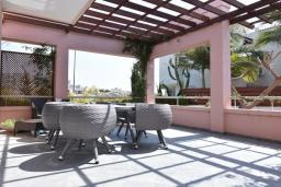 Терраса. Кипр, Св. Рафаэль Лимассол : Вилла в окружении пышного зелёного сада, с 3-мя спальнями, с бассейном, тенистой террасой с патио и барбекю, расположена в комплексе с детской площадкой и бассейном
