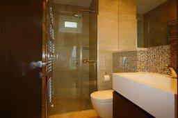 Ванная комната. Кипр, Св. Рафаэль Лимассол : Вилла с 5-ю спальнями, с бассейном, тренажерным залом, тенистой террасой с патио и уличным баром, расположена около пляжа Le Meridien Beach
