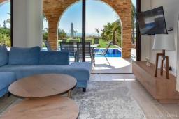 Гостиная. Кипр, Ионион - Айя Текла : Вилла на берегу моря с просторным зелёным садом, с 3-мя спальнями, с бассейном, тенистой террасой с патио и барбекю