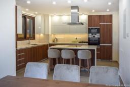 Кухня. Кипр, Ионион - Айя Текла : Вилла на берегу моря с просторным зелёным садом, с 3-мя спальнями, с бассейном, тенистой террасой с патио и барбекю
