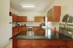 Кухня. Кипр, Каппарис : Вилла с видом на море, с 3-мя спальнями, с бассейном, тенистой террасой с патио и каменным барбекю, расположена в 150 метрах от пляжа Malama Beach