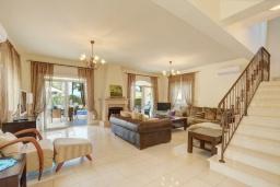 Гостиная. Кипр, Каппарис : Вилла с видом на море, с 3-мя спальнями, с бассейном, тенистой террасой с патио и каменным барбекю, расположена в 150 метрах от пляжа Malama Beach