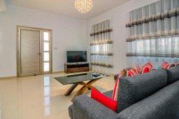 Гостиная. Кипр, Си Кейвз : Вилла с 4-мя спальнями, с бассейном, настольным теннисом, тенистой террасой с патио и барбекю, расположена в районе Sea Caves