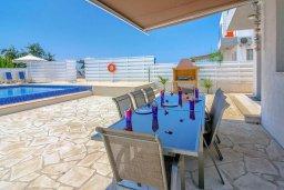 Терраса. Кипр, Си Кейвз : Вилла с 4-мя спальнями, с бассейном, настольным теннисом, тенистой террасой с патио и барбекю, расположена в районе Sea Caves