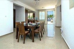 Обеденная зона. Кипр, Си Кейвз : Вилла с 4-мя спальнями, с бассейном, настольным теннисом, тенистой террасой с патио и барбекю, расположена в районе Sea Caves