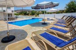 Бассейн. Кипр, Си Кейвз : Вилла с 4-мя спальнями, с бассейном, настольным теннисом, тенистой террасой с патио и барбекю, расположена в районе Sea Caves