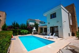 Вид на виллу/дом снаружи. Кипр, Хлорака : Роскошная вилла с видом на море, с 3-мя спальнями, с бассейном, тенистой террасой с патио и каменным барбекю, расположена на побережье Пафоса