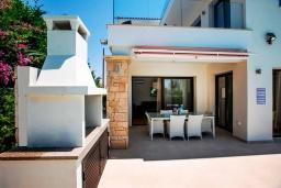 Терраса. Кипр, Хлорака : Роскошная вилла с видом на море, с 3-мя спальнями, с бассейном, тенистой террасой с патио и каменным барбекю, расположена на побережье Пафоса