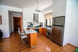 Кухня. Кипр, Хлорака : Роскошная вилла с видом на море, с 3-мя спальнями, с бассейном, тенистой террасой с патио и каменным барбекю, расположена на побережье Пафоса