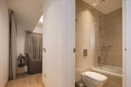 Ванная комната. Кипр, Центр Лимассола : Шикарная вилла на берегу моря, с 4-мя спальнями, с бассейном и солнечной террасой с патио
