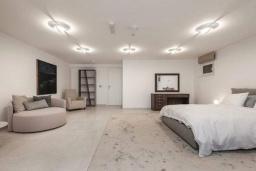Спальня 2. Кипр, Центр Лимассола : Шикарная вилла на берегу моря, с 4-мя спальнями, с бассейном и солнечной террасой с патио
