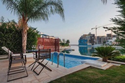 Бассейн. Кипр, Центр Лимассола : Шикарная вилла на берегу моря, с 4-мя спальнями, с бассейном и солнечной террасой с патио