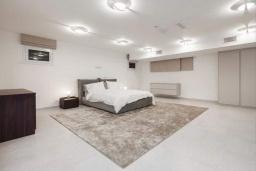 Спальня. Кипр, Центр Лимассола : Шикарная вилла на берегу моря, с 4-мя спальнями, с бассейном и солнечной террасой с патио