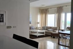 Гостиная. Кипр, Центр Лимассола : Апартамент с видом на Средиземное море, с 2-мя спальнями, 2-мя просторными балконами, расположен в комплексе с бассейном, барбекю, spa и фитнес-центром