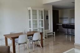 Обеденная зона. Кипр, Центр Лимассола : Апартамент с видом на Средиземное море, с 2-мя спальнями, 2-мя просторными балконами, расположен в комплексе с бассейном, барбекю, spa и фитнес-центром