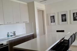 Кухня. Кипр, Центр Лимассола : Апартамент с видом на Средиземное море, с 2-мя спальнями, 2-мя просторными балконами, расположен в комплексе с бассейном, барбекю, spa и фитнес-центром
