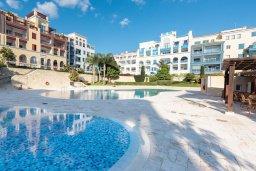 Бассейн. Кипр, Центр Лимассола : Апартамент с видом на Средиземное море, с 2-мя спальнями, 2-мя просторными балконами, расположен в комплексе с бассейном, барбекю, spa и фитнес-центром
