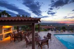 Территория. Кипр, Лисос : Каменная вилла с видом на Средиземное море и горы, с 5-ю спальнями, 4-мя ванными комнатами, с бассейном, беседкой с патио и традиционным барбекю