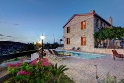 Вид на виллу/дом снаружи. Кипр, Лисос : Каменная вилла с видом на Средиземное море и горы, с 5-ю спальнями, 4-мя ванными комнатами, с бассейном, беседкой с патио и традиционным барбекю